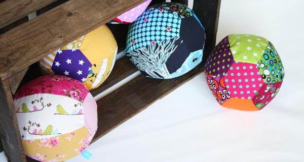 Stoffbälle aus Luftballon und Stoffhülle selber nähen