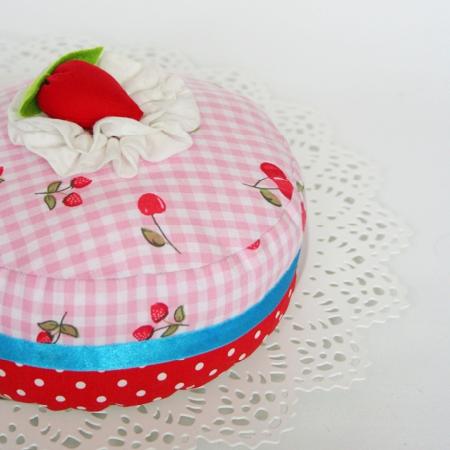 Erdbeer-Kirsch-Kuchen mit Sahnetopping aus Stoff
