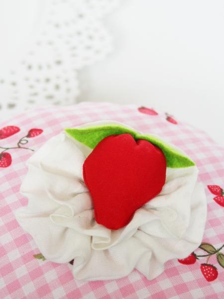 Erdbeere auf Sahnehäubchen - alles aus Stoff