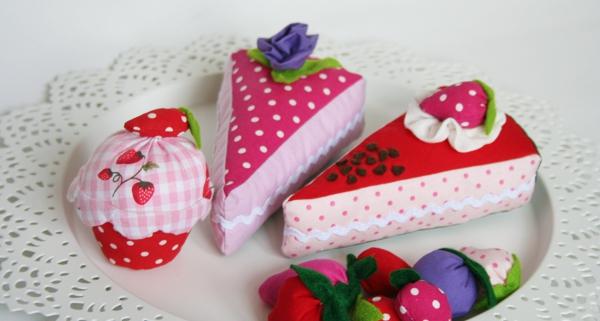 servierfähige Kuchenstücke aus dem Kaufmannsladen (Konditorei)