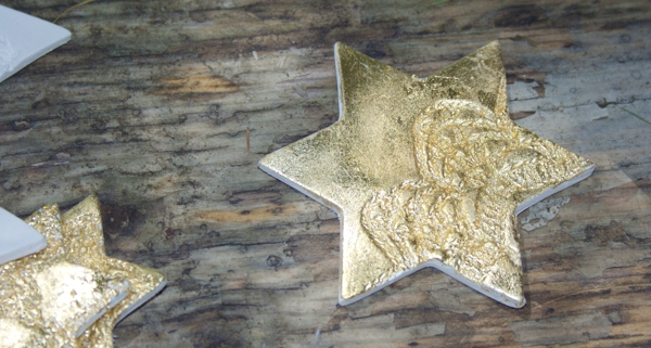 Stern aus Modelliermasse mit Spitzenmotiv - Schlagmetall vergoldet