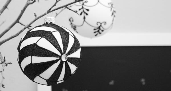 Weihnachtskugel in schwarz - weiß